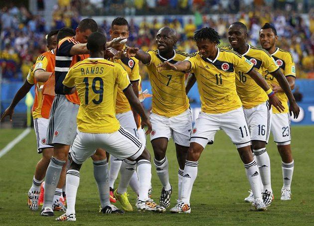 Fotbalisté Kolumbie slaví gól proti Japonsku, který vstřelil Juan Cuadrado (třetí zprava).