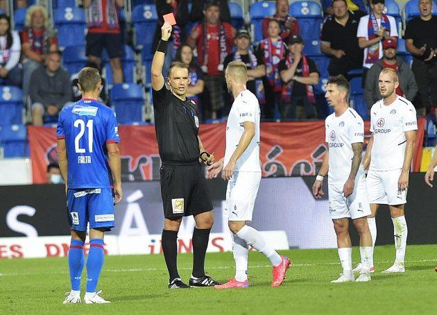 Stanislav Hofmann ze Slovácka dostává v Plzni červenou kartu.