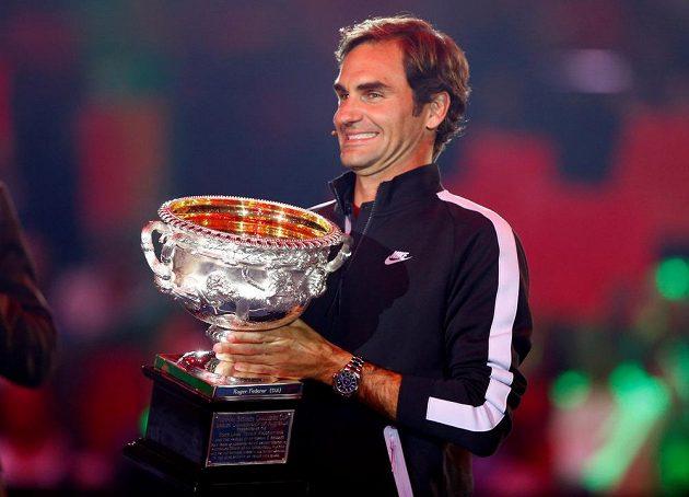 Roger Federer ukázal fanouškům exhibice trofej pro vítěze Australian Open.
