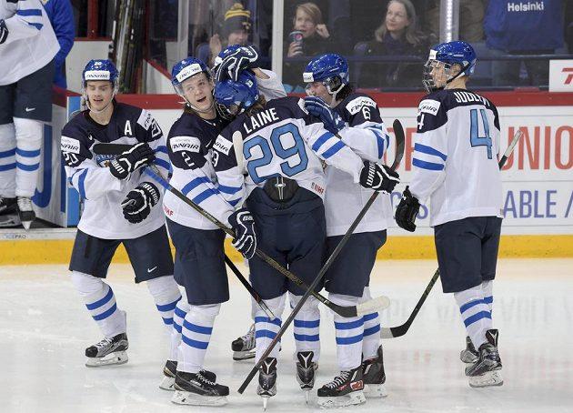 Finský hokejista Patrik Laine si po vstřeleném gólu ve finále MS do 20 let proti Rusku dojel pro gratulace od spoluhráčů.