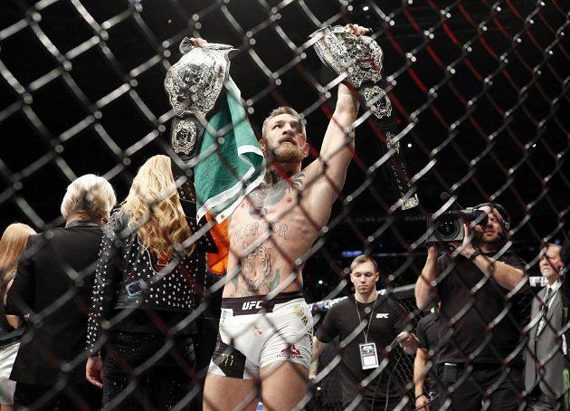 McGregor slaví vítězství nad Alvarezem v souboji o titul v lehké váze.