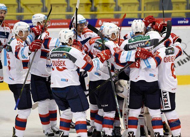 Hokejisté Pardubic se radují z vítězství nad Litvínovem po samostatných nájezdech.
