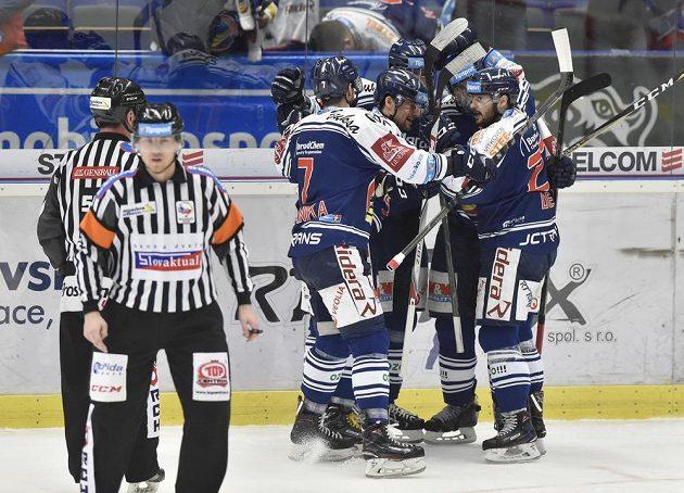 Hokejisté Vítkovic se radují z gólu v brněnské síti během druhého čtvrtfinále play off.