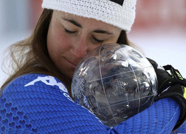 Sofia Goggiaová se laská s malým glóbem za vítězství v celkovém hodnocení sjezdu v SP.
