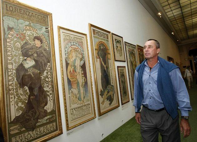 Salátová mísa je ve stejné samé místnosti, kde jsou i Muchovy plakáty ze soukromé sbírky Ivana Lendla.