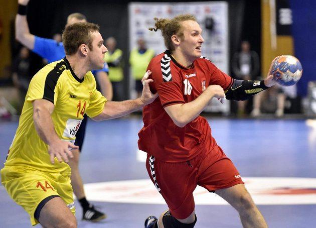 Makedonec Velko Markovski (14) brání Jana Stehlíka (18) v úvodním utkání play off kvalifikace mistrovství světa házenkářů ve Zlíně.