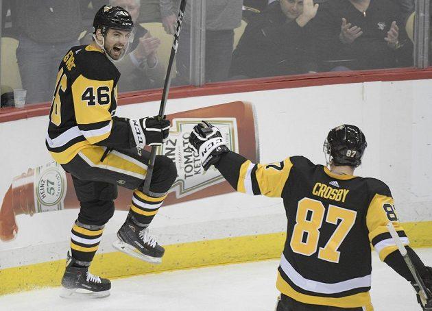 Hokejový útočník Zach Aston-Reese (46) slaví gól, gratulovat mu spěchá Sidney Crosby (87) v utkání NHL s Ottawou Senators.