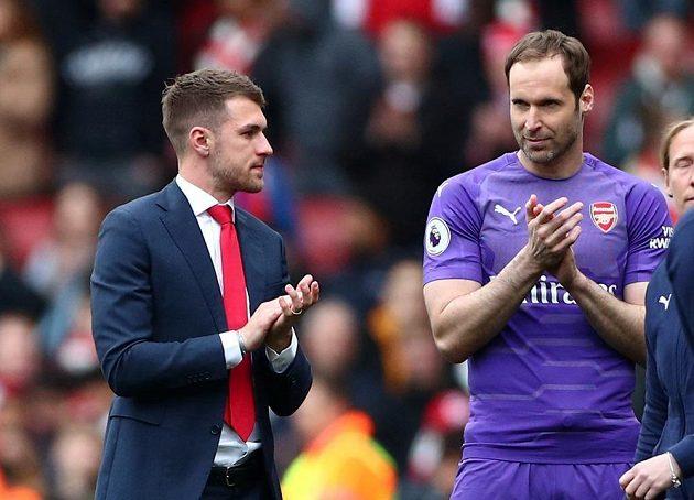 Petr Čech a Aaron Ramsey se loučili v neděli s fanoušky na Emirates Stadium.