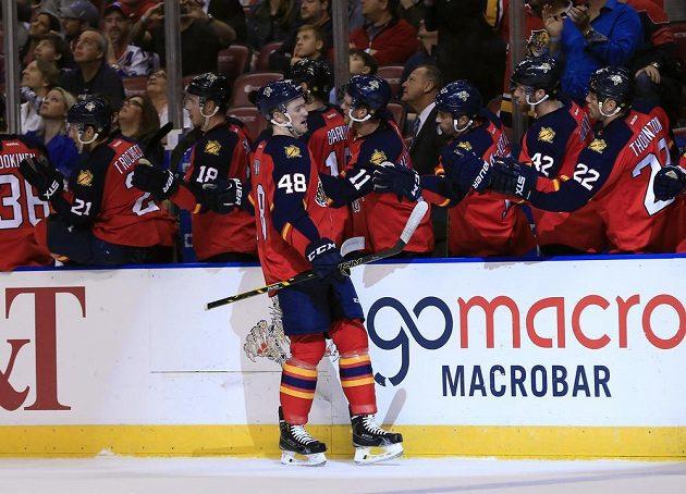Hokejisté Floridy se radují z jedné z branek v zápase NHL proti New Yorku Rangers.