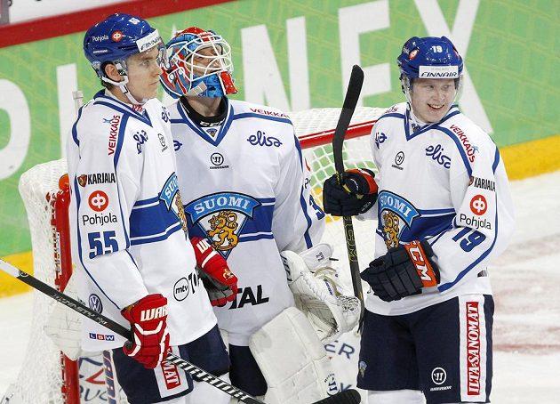 Finští hokejisté (zleva) Atte Ohtamaa, Juha Metsola a Tuomas Kiiskinen po výhře nad českým celkem.