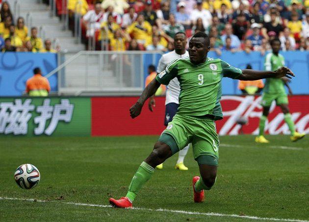 Emmanuel Emenike střílí gól Francii, ten ale kvůli těsné ofsajdové pozici nigerijského útočníka americký rozhodčí Mark Geiger neuznal.
