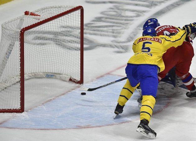 Petr Koukal (vpravo) střílí gól. Zády je Švéd Adam Larsson.
