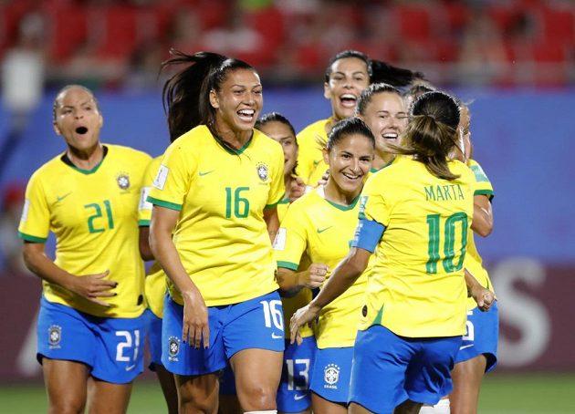Fotbalistky Brazílie se radují z branky