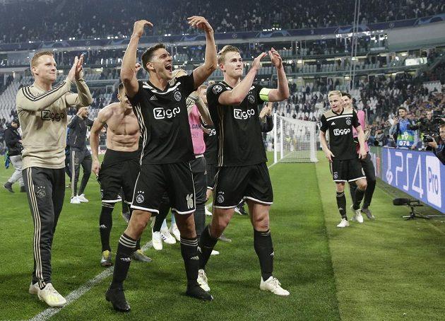Fotbalisté Ajaxu Amsterdam slaví překvapivý postup