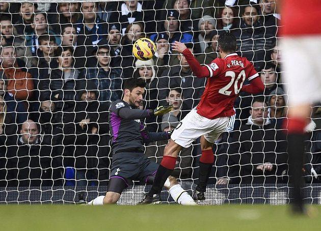 Gólman Tottenhamu Hugo Lloris likviduje šanci Robina van Persieho z Manchesteru United.
