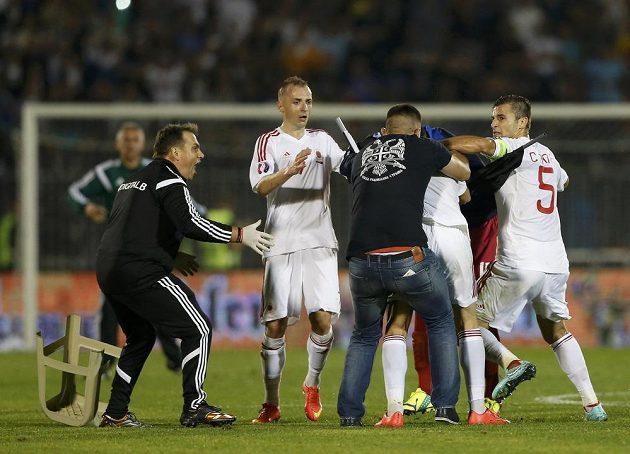 Srbští fanoušci zaútočili na albánské fotbalisty.