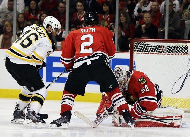 David Krejčí (vlevo) atakuje branku Chicaga.