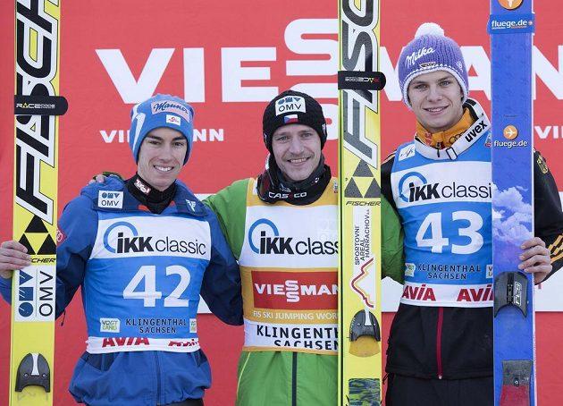 Stupně vítězů - zleva druhý Rakušan Stefan Kraft, vítěz Roman Koudelka a třetí Andreas Wellinger z Německa.