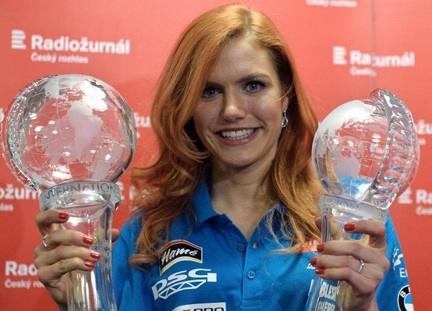 Biatlonistka Gabriela Soukalová pózuje v Praze s křišťálovými glóby po finále Světového poháru v Chanty-Mansijsku.