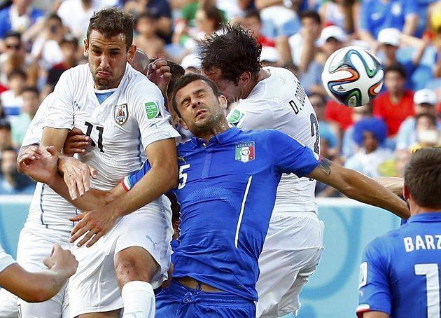 Uruguayec Diego Godín (vpravo) střílí vítězný gól v utkání s Itálií.