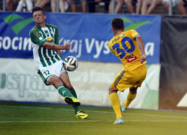 Jihlavský záložník Vladimír Kukol napálil míč do útočníka Bohemians Elvise Bratanoviče.