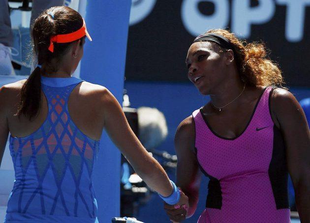 Williamsová gratuluje soupeřce Ivanovičové k postupu.