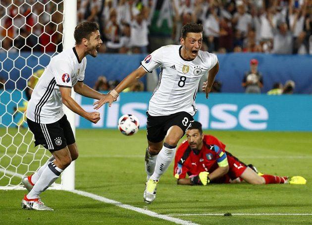 Mesut Özil (č. 8) jásá poté, co otevřel skóre čtvrtfinálové partie s Itálií.
