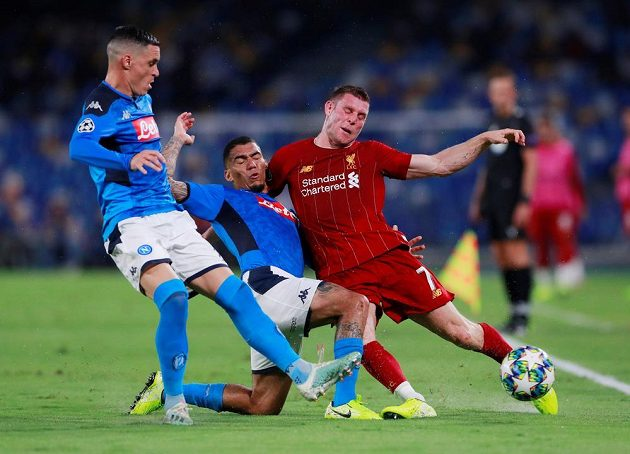 Liverpoolský James Milner v souboji s Jose Callejonem