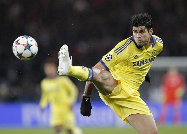Útočník Chelsea Diego Costa během úvodního osmifinálového duelu Ligy mistrů s Paris St. Germain.