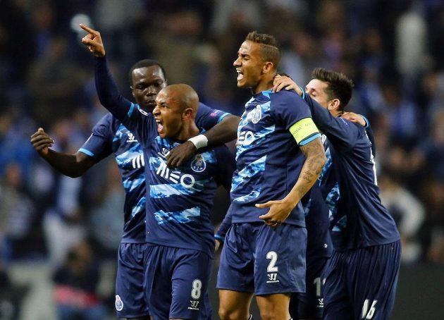 Yacine Brahimi (8) z Porta oslavuje se spoluhráči gól proti Basileji.