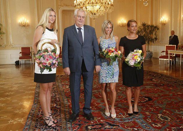 Prezident republiky Miloš Zeman se na Pražském hradě setkal s českými tenistkami Petrou Kvitovou (vlevo), Klárou Koukalovou a Barborou Záhlavovou-Strýcovou.