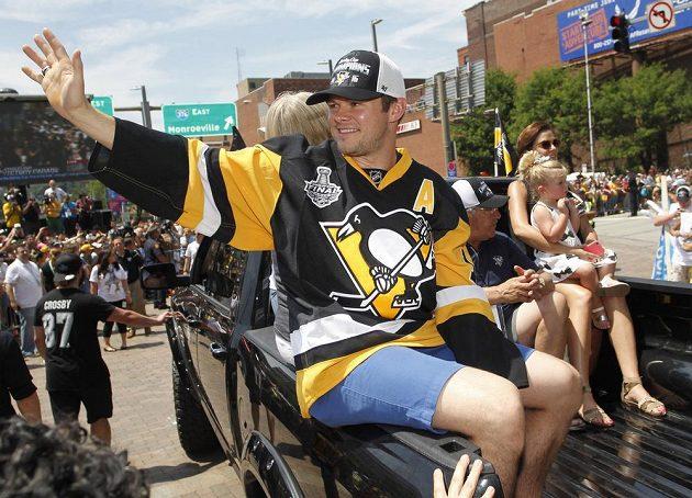 Útočník Pittsburghu Chris Kunitz (14) při oslavách v domovském městě Tučňáků.