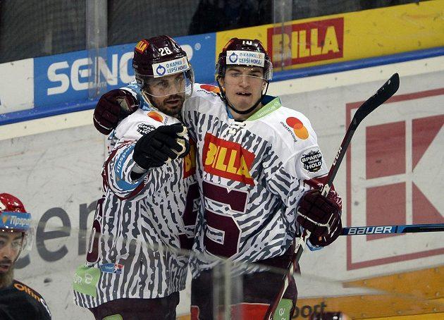 Zleva Michal Řepík a Lukáš Rousek ze Sparty se radují z gólu.