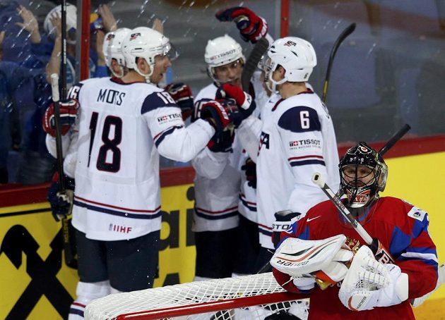 Hokejisté USA se radují po vedoucím gólu ve čtvrtfinále MS proti Rusku. Vpředu ruský brankář Ilja Bryzgalov.