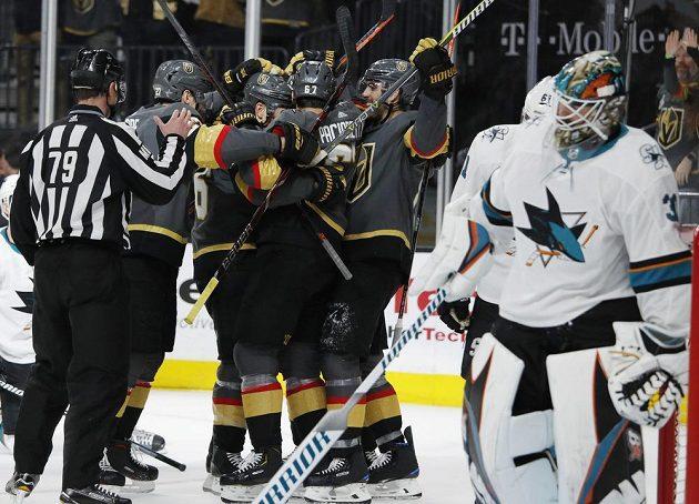 Hokejisté Vegas se radují z branky