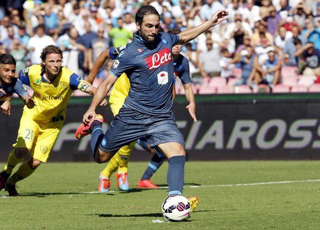 Neapolský Gonzalo Higuaín neproměnil pokutový kop.