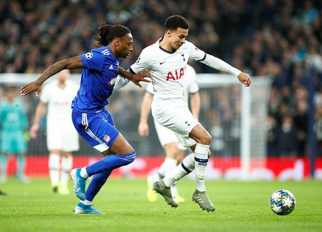 Fotbalista Tottenhamu Hotspur Dele Alli v akci v utkání Ligy mistrů s Olympiakosem.
