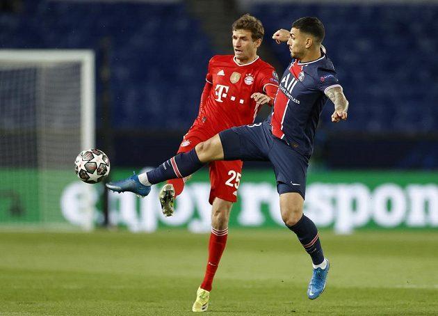 Leandro Paredes z PSG v souboji o míč s Thomasem Mullerem z Bayernu během odvetného čtvrtfinále Ligy mistrů.