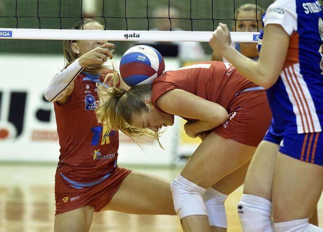 Prostějovské hráčky Nina Herelová a Laura Emontsová Weihenmaierová během druhého zápasu finále play off volejbalové extraligy žen.