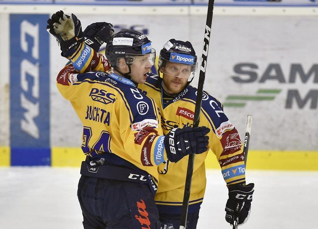 Zleva Lukáš Buchta ze Zlína a Ralfs Freibergs ze Zlína se radují z gólu proti Brnu.