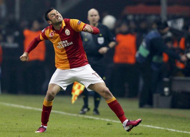 Burak Yilmaz z Galatasaraye Istanbul se raduje z branky do sítě Schalke 04.