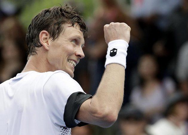 Vítězné gesto českého tenisty Tomáše Berdycha.