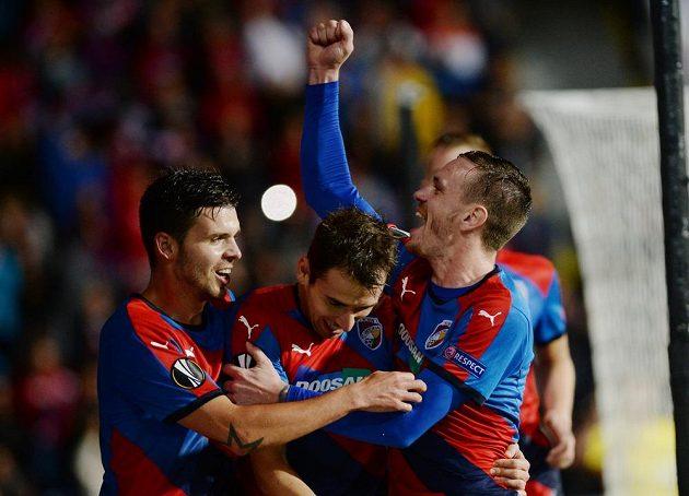 Hráči Plzně se radují z prvního gólu v utkání EL s Minskem.