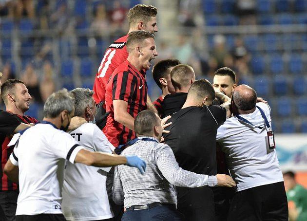 Hráči Lokomotivu se radují z postupu v Konferenční lize.