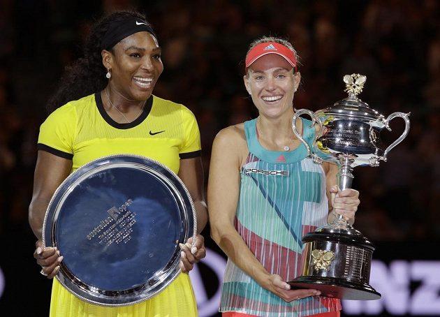 Obě tenistky s trofejemi po finále ženské dvouhry na Australian Open.
