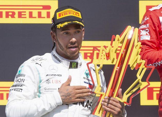 Lewis Hamilton prožíval na stupních vítězů v Kanadě rozporuplné okamžiky.