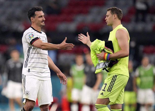 Stoper německé fotbalové reprezentace Mats Hummels se zdraví s brankářem Manuelem Neuerem, kterého jako jediný během utkání EURO 2021 překonal.