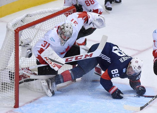 Americký forvard Justin Abdelkader se dostal až do kontaktu s kanadským gólmanem Careym Pricem.