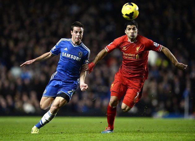 Obránce Chelsea Cesar Azpilicueta (vlevo) se snaží zastavit útočníka Liverpoolu Luise Suáreze.