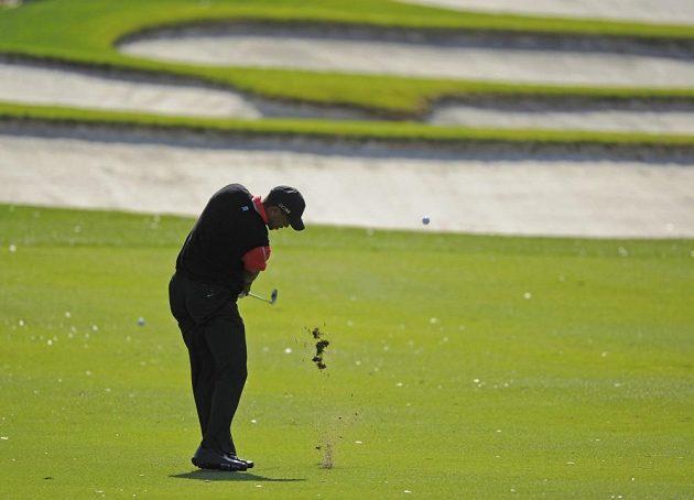 Golfista Tiger Woods zahrává druhou ránu na páté jamce v Orladnu.